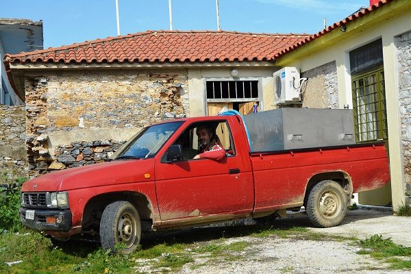 Farmer-with-olive oilModousa-600x400